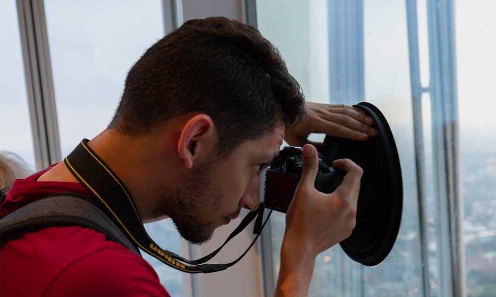 Ultimate-Lens-Hood-Lets-You-Take-Reflection-Free-Photos-Through-Glass-5